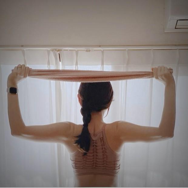 【簡単ストレッチ&トレーニング】タオル1枚で肩こり解消!美姿勢、美背中に♡