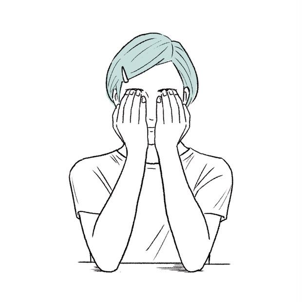 人差し指・中指・薬指を眉に当て、グッと持ち上げると疲れもむくみも取れます。テーブルに肘をつくとやりやすい。