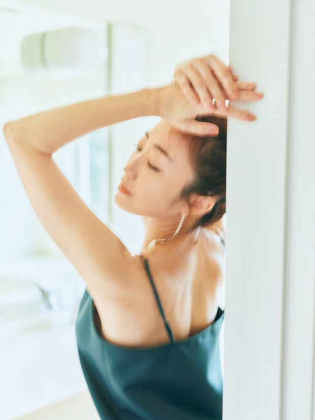 神崎 恵さんの美BODYを堪能! 肌作り・髪の乾かし方etc. そのすべてを網羅した新著『神崎CARE』が発売中_1