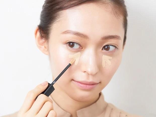 【2020夏最新ベースメイク】5.Bを目の下から頬に向けて放射状にのせてからパフで薄く伸ばす。その後、小鼻などの細かい気になるところもカバーする。このとき、頬を重点的に整えると顔全体がキレイに見える。