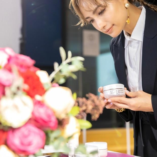 佐田真由美さんにインタビュー。「カプチュール トータル セル ENGY リッチ クリーム」の魅力とは?【春コスメ2021】