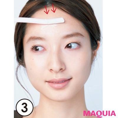 【ムダ毛処理・お手入れ】額も上から下へ。額の丸みに沿うよう、少しずつ動かすのがきれいに剃るコツ。