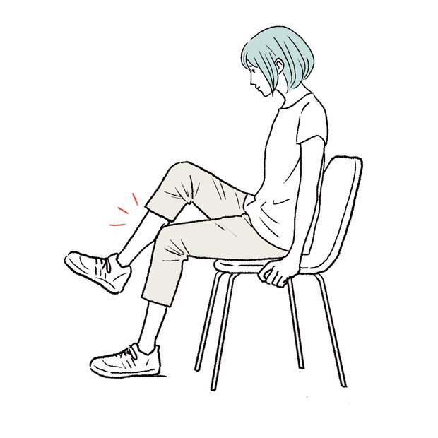 座ったまま、片方のふくらはぎを逆脚の膝にのせればいい刺激に。