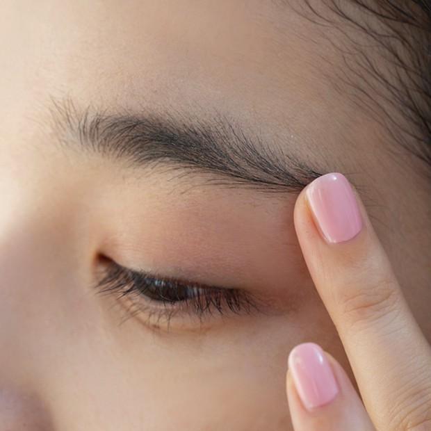 【ノーズシャドウの入れ方】1.眉の上と下に、眉尻から眉頭に向かってDのハイライトを指でのせる。