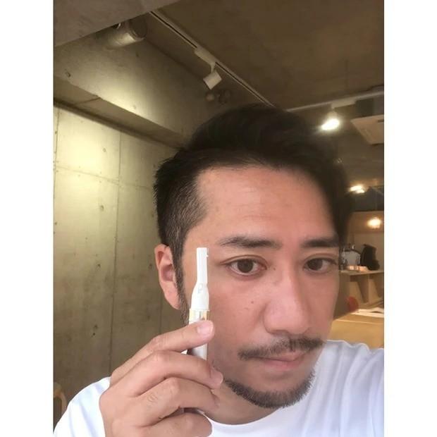 ヘア&メイクKUBOKIさんが教える30歳からの男美容_ひげ、眉の手入れで脱・生活感 「男性の生活感って、テカリや毛穴もそうだけど、やっぱり毛が整っているかどうかが大きい。ひげも眉も、生やしっぱなしが男らしいという時代でもないから、ある程度整えるのは大人の男としてのエチケット。積極的なスキンケアに抵抗がある人も、眉とひげを意識するだけでだいぶあか抜けると思います」。