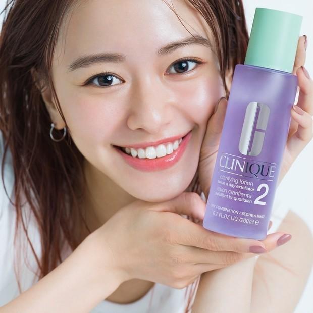 山本舞香さんがふき取り化粧水を初体験