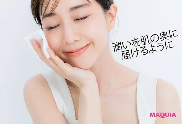 田中みな実さんの朝のスキンケア_3. 化粧水をコットンで丁寧づけ