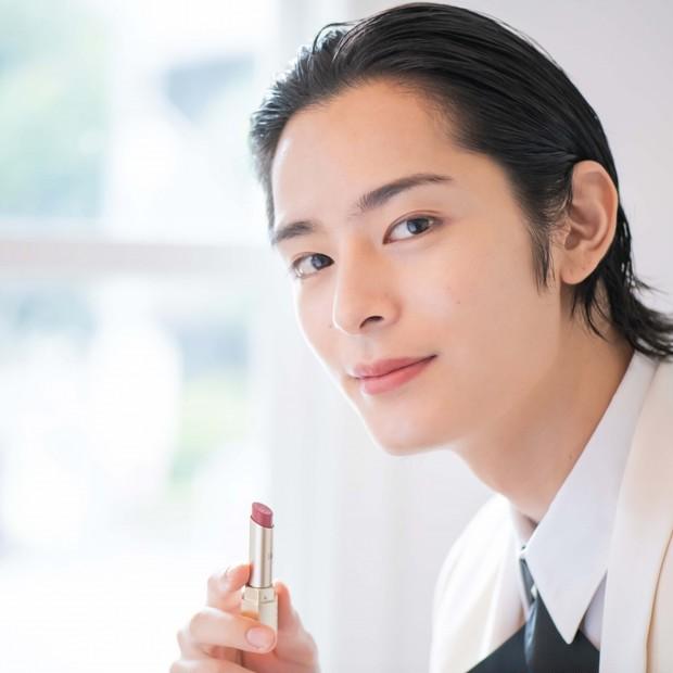 塩野瑛久さんが「エレガンス」キャンペーンモデルに就任! 7色の秋新色リップ×7つのキスストーリーを公開