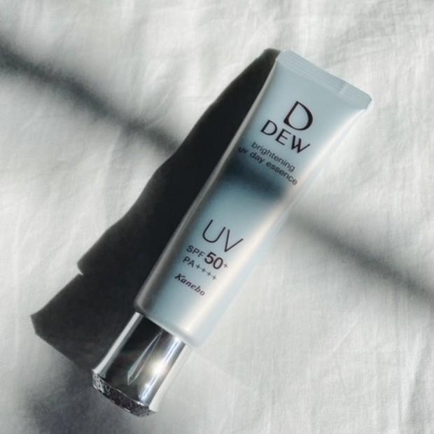【潤い・透明感・UV対策】DEW ブライトニングUVデイエッセンス【2021年3月16日発売】