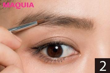 自眉よりワントーン濃いパウダーを眉頭から眉尻まで毛流れに沿ってのせれば、やりすぎ感のない強眉に。