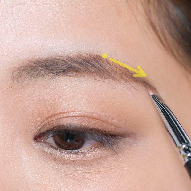 【ノーズシャドウの入れ方】1.まずは眉山を決める。眉頭より1〜2mm高く、黒目より外側の位置に眉山を設定。そこに点打ちし、眉山〜眉尻にかけてをAのパウダーで描く。眉尻は眉頭より下がらないようにすることを厳守。