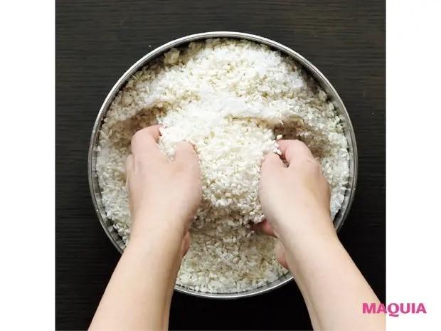 【手作り発酵食】作るのも楽しい「手作り味噌」の作り方_4 米麹を塩切りする