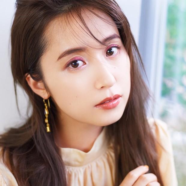 衛藤美彩さんが¥900のプチプラアイシャドウで変身! ギャップで魅せる、エクセルのくすみピンクメイク