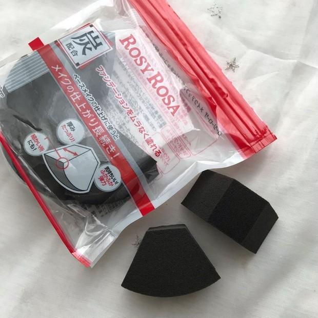 ロージーローザの新作は炭配合の真っ黒なスポンジ! 380円でベースメイクの仕上がりに差が生まれる!