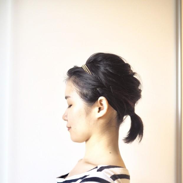 【まとめ髪でスッキリヘアに】ヘアバンドを使った簡単セルフアレンジ