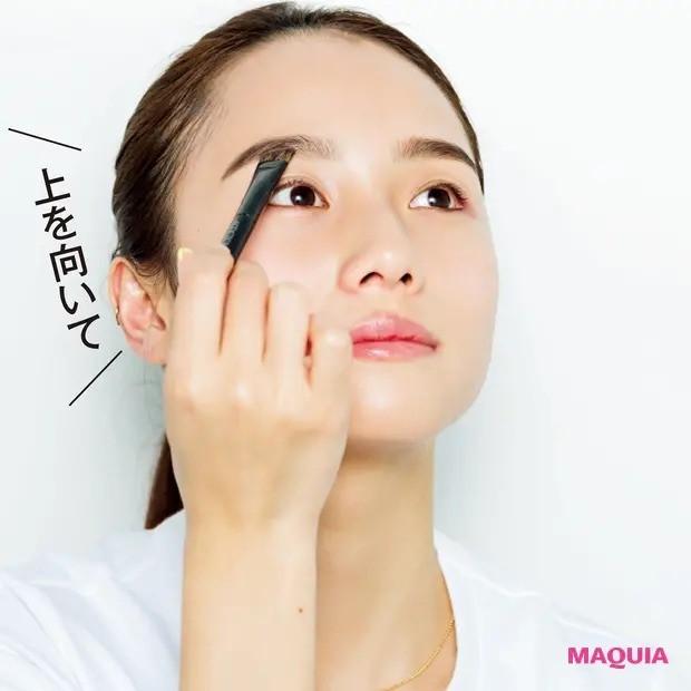 伊原 葵さんの美女顔プロセス_たとえ時短メイクでも眉は丁寧に慎重に(2分半)