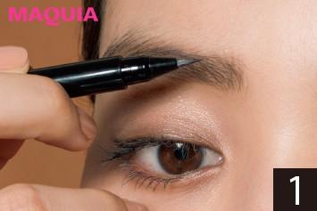 軟毛の日本人は眉頭が寝やすいので、リキッドで縦に描き足して、ピンと立ったハリ眉を仕込む。
