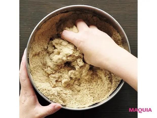 【手作り発酵食】免疫力アップに効果大!「ぬか漬け」の作り方_3 柔らかくなるまで混ぜる