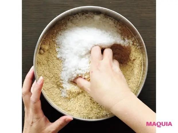 【手作り発酵食】免疫力アップに効果大!「ぬか漬け」の作り方_1 米ぬかと塩を混ぜ合わせる
