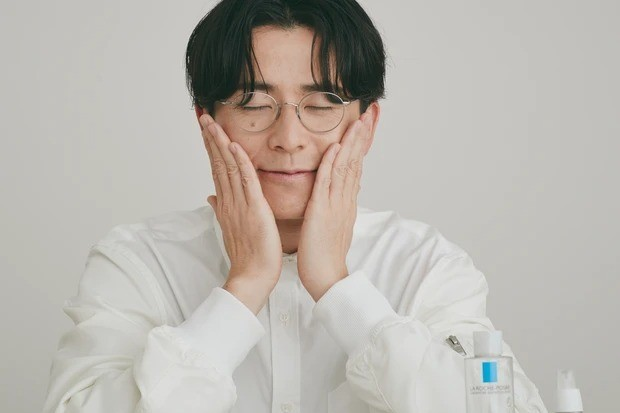 オリエンタルラジオ藤森慎吾さんの美容習慣_化粧水をつけるときは手のひらで包み込むようにソフトタッチで、優しく!