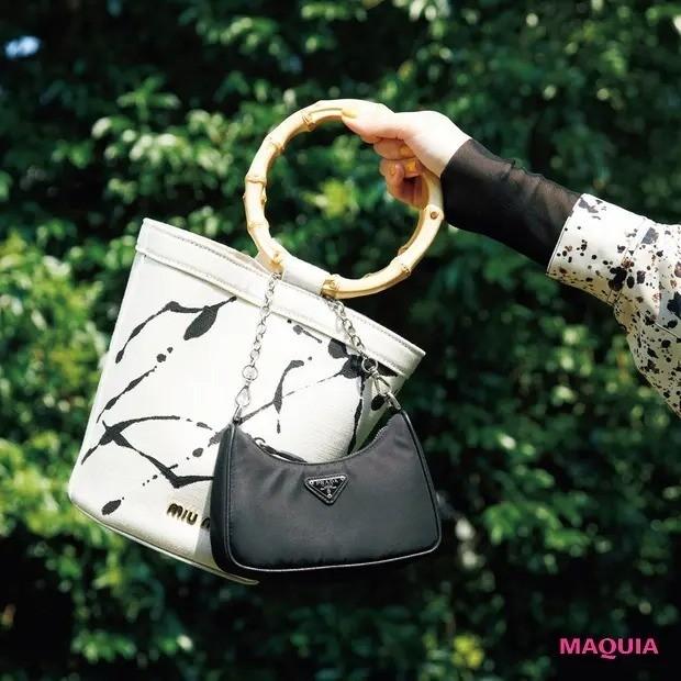 マキアミューズ・鈴木えみさんのバッグの中身_MIU MIUのバッグに、PRADAのミニポーチを引っかけて。