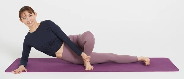 太もも痩せにおすすめの美筋ヨガ①_肩の下に肘を置き、肩・へそ・ひざのすべてを正面向きに