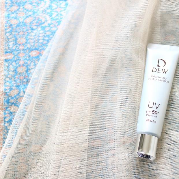 【DEW(デュウ)】マスクの摩擦にも水にも強い!UVカットしながらメラニンケアも!潤って透明感のあるお肌に導く多機能日焼け止め美容液がこの春デビュー!