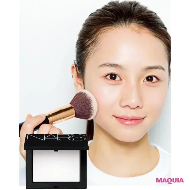 伊原 葵さんの美女顔プロセス_肌作りの仕上げは透け感マットな粉で(30秒)