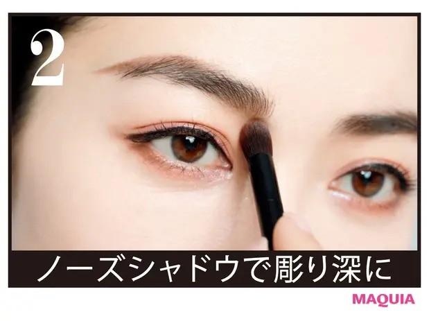 【チャイボーグメイク】cを太めのブラシにとり、眉頭の下から鼻筋にかけて軽くなぞって陰影をつける。顔の立体感が増すのはもちろんのこと、主張が強いクッキリ眉を顔全体になじませる効果も。