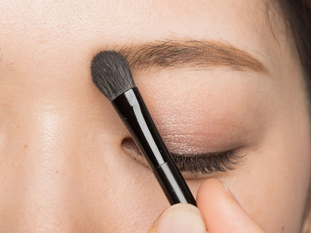 眉頭を上手に描くには、太めブラシで明るいカラーを