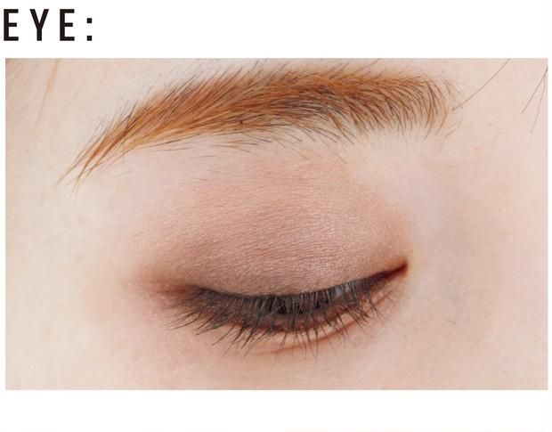 まぶた全体にdを。アイホールにaを重ね、さらに目尻から黒目上までbをライン状に入れる。下まぶたの目頭から目尻には、cとdを混ぜてキワを埋めるようにオン。