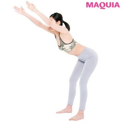 【筋トレダイエット】広背筋のばし_1腕を上げ、背筋を伸ばした状態で上半身を倒す。顔は正面に向けること。