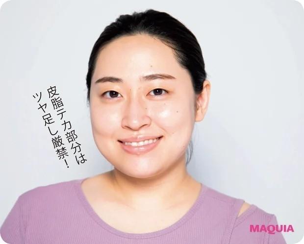 丸山礼さん実演・オンラインでの美人メイク_パウダータイプのハイライトで目尻のCゾーンと鼻筋の側面にピンポイントで入れて。