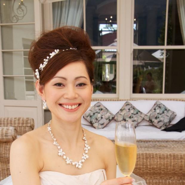 クラシカルなアップスタイルの花嫁ヘアアレンジ