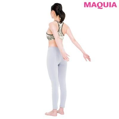 【筋トレダイエット】後ろ手ノブ回し_1脇を締めまっすぐ立ち、両腕を後ろに伸ばす。親指は内側、手の平は上。