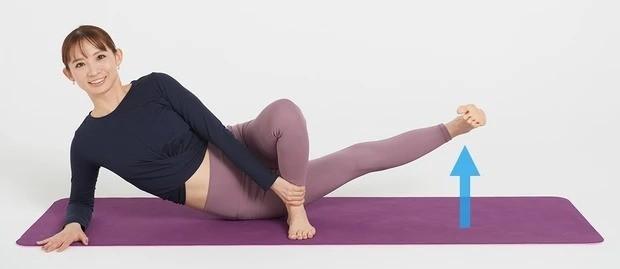 太もも痩せにおすすめの美筋ヨガ①_息を吐きながら、内くるぶしでボールを蹴るようなイメージで