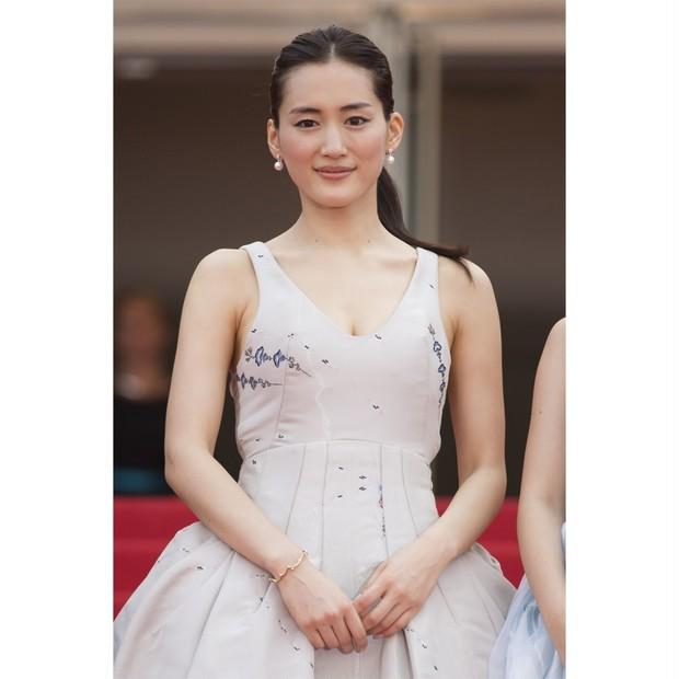 綾瀬はるかさん、初めてのレッドカーペットで美肌を披露!