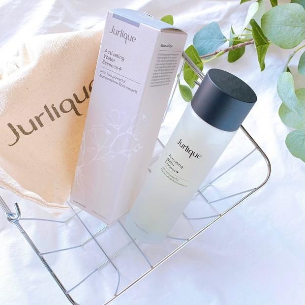 潤い満ちるサステナブルな実力派化粧水。Jurlique(ジュリーク)の「ハイドレイティングウォーターエッセンス+」で肌が喜ぶスキンケア。