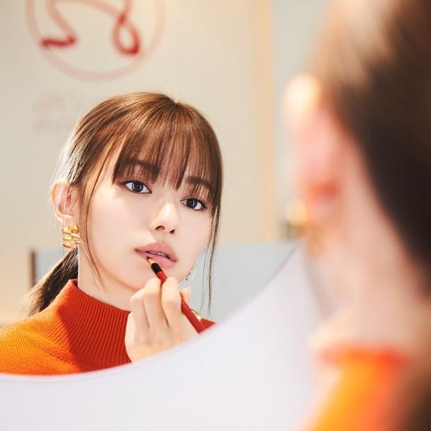 """はんなり美人に変身! 日本古来の""""赤""""の化粧品『紅』で山本舞香さんが、いつもよりも大人っぽい表情に"""