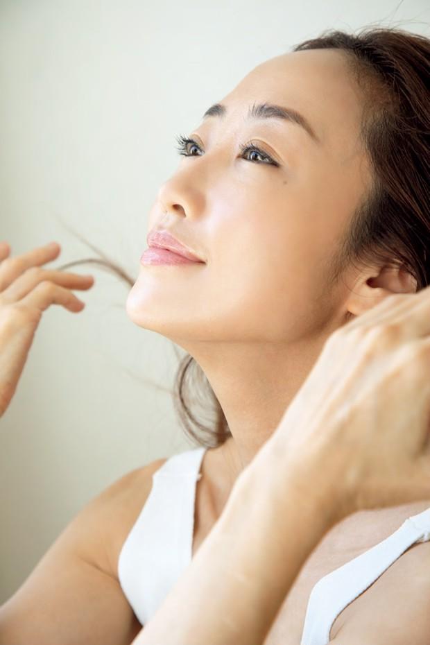 神崎 恵さんの美BODYを堪能! 肌作り・髪の乾かし方etc. そのすべてを網羅した新著『神崎CARE』が発売中_3