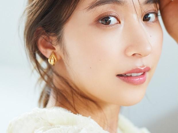 """うるおいを閉じ込め、表面はサラサラ! 衛藤美彩さんの秋肌は、軽さのある""""清潔感""""がキーワード"""