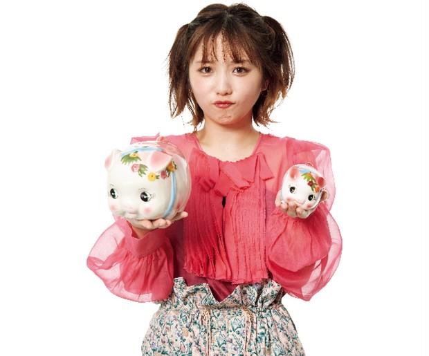お得イメージ/大小の貯金箱を持つ女性