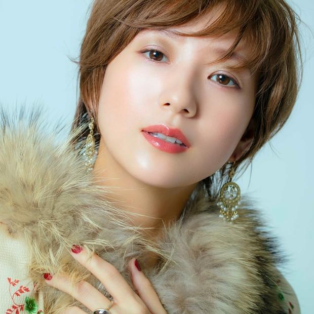 伊藤千晃さんが魅せる、上品さと愛らしさを併せ持つエスティ ローダーのホリデーメイク【クリスマスコフレ…