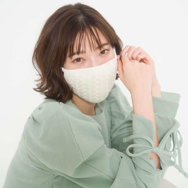 ニット素材のマスクに似合う&キープ力抜群! ボブヘアにおすすめのS字巻き髪テク