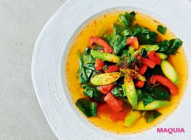 【美容スープレシピ】スパイシーなチリパウダーが味のアクセントに 「パプリカとほうれん草のジンジャースープ」