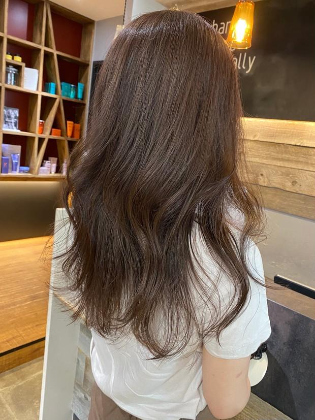 【2021秋】最新ヘアカラーはショコラグレージュが旬!夏の傷んだ髪もケアプロで艶髪復活!《30代ロングヘア》_1