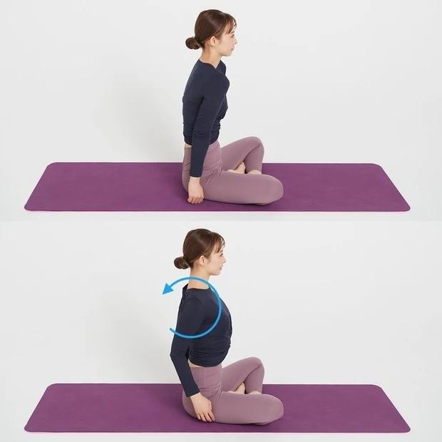 辛い肩こりにおすすめの美筋ヨガ②_マットの上に座り、肩をくるっと回すようにして肩を下げ、胸を張る