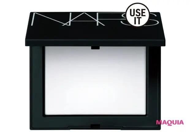 【チャイボーグメイク】光を拡散し、シルキーななめらか肌へと導く。ライトリフレクティングセッティングパウダー プレスト N ¥5000/NARS JAPAN