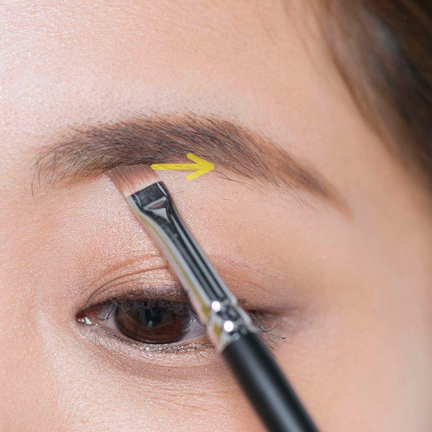 【ノーズシャドウの入れ方】2.下がり眉のひとは眉頭の位置が高いひとが多いので、眉頭の上側は描き足さず、眉頭の下をパウダーで描き足して、眉頭の重心を下げる。眉の下辺が直線的になって知的な印象に。
