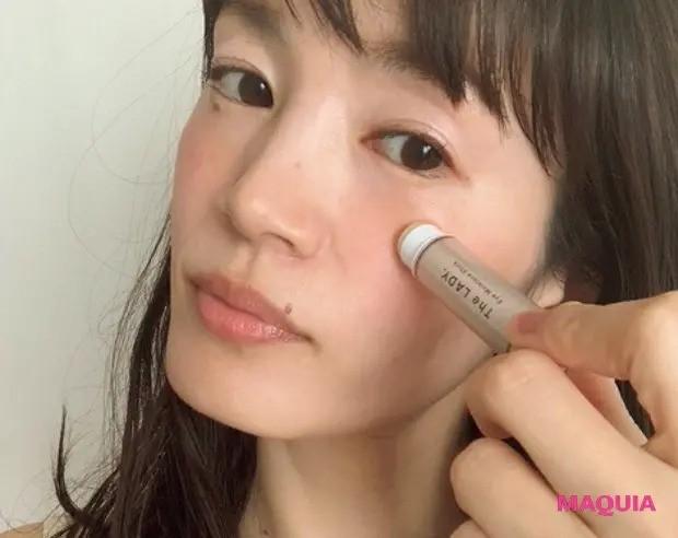 【毛穴ケア】「頬の開き毛穴攻略のカギは、うるおいをロックし続けること。手軽に使えて適度なバーム感があるスティック保湿が役立ちます」